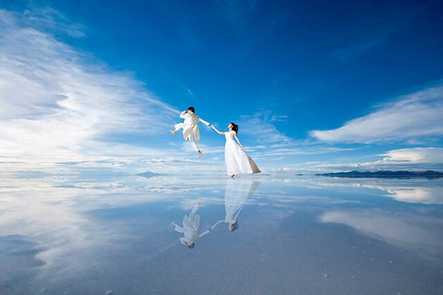ウユニ塩湖を背景にしたアートフォト