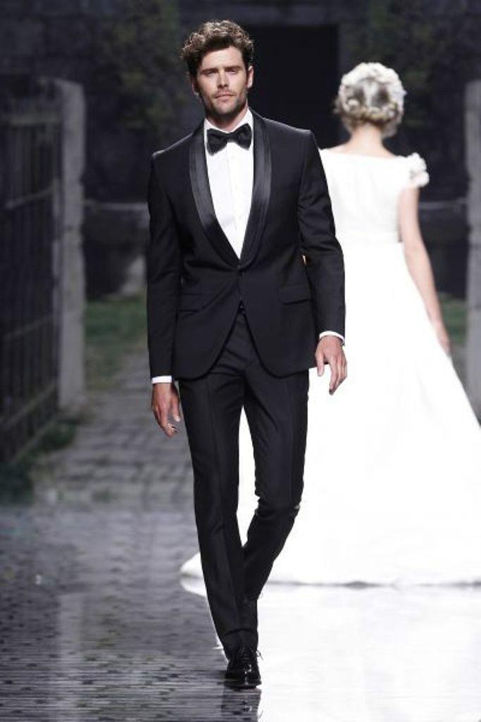 eb9404a802a2c 出典元:http   www.aliexpress.com w wholesale-designer-wear-suits-for-men.html  本来のタキシードの特徴でもあるサテンの襟が、高級感があってとっても素敵。